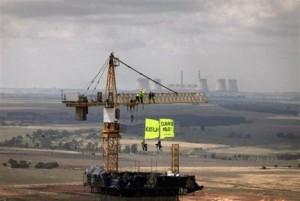 Greenpeace протестуют на башенном кране