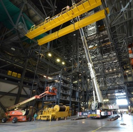 Перемещение мостового крана со здания по сборке космических аппаратов  в космическом центре имени Кеннеди во Флориде