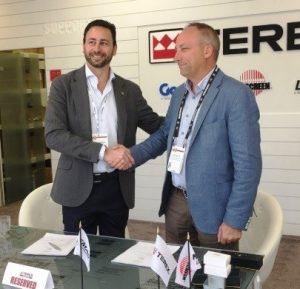 Генеральный менеджер Aertssen Тони Нуйтс (Tony Nuyts) (R) завершил сделку с президентом Terex Cranes Стивом Филиповым