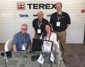 Хейли Сач-Вэйр и Майк Фиттон (сидящие) из компании John Sutch Cranes присутсвовали на выставке, чтобы подписать заказ на пять кранов Demag AT.