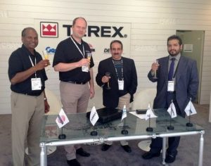 (Слева на право) Суреш Натараджан, Терекс, Карстен фон дер Геест, Терекс, Хасан Мохд. Аль Наими, президент Arabian Consolidated Trading и генеральный менеджер группы ACT Абдулла С. Аль-Халид.